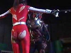 Supergirl japonaise éblouissante avec un cul paradis