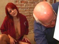 jovem mulher com o homem velho