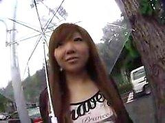 A menina consideravelmente oriental flashes suas curvas perfeitas e aprecia