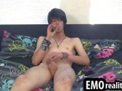 Gorgeous emo boy malas fuma un cigarrillo mientras le acaricia la DIC