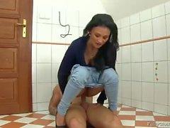Sexo grande na cadeira no banheiro