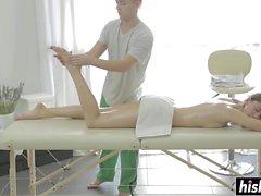 Heiße Brünette wird während ihrer Massage gefickt