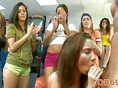 Teven zuigen in stripclub