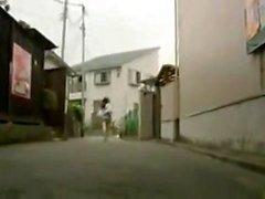 Seductive Japanese Milf gibt einen Amateur Hahn saugen