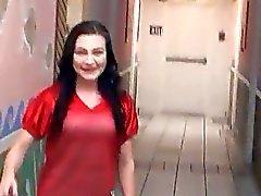 Шлюшка GF Nikki Белл пригвожден и facialed