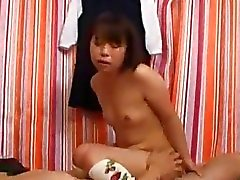 Chica Joven Con La tetas pequeñas follada Cum a la boca Del expectoración en Palm En La Cama
