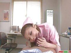 Auf ihre Knie Ayumi Kobayashi gibt eine Brillenkamera Blasen
