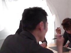 Busty Rina Mayuzumi arbetar magi på två stora kukar