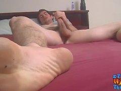 Красивый мускулистый шутник буксирует и мешает своему большому члену