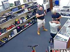 bandit devient un jouet de baise dans un pawn shop