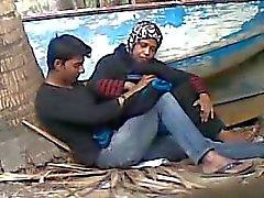 Genç sevgilisi ile Bangladeşli teyze