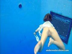 Netter Zuzanna Schwimmen ist nackten im Pool