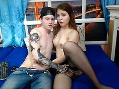 Adolescente caliente con tiras rejillas tetas en la webcam