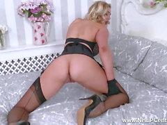 Blonde Saphir Blue Finger Pussy in offenen Gürtel und Nylons