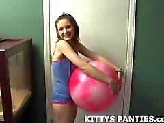 Adolescente linda del gatito del burla en una tapa de tubo y cortocircuitos