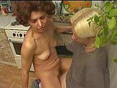 Ryska mor och son leker i köket