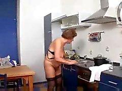 Großmutter Martha in Geschirr