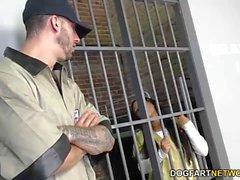 Ebony Priya Price jouit d'un trio en prison