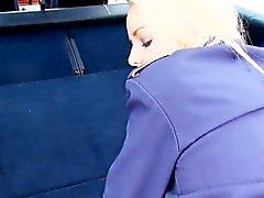 Vaalea lennon stewardess nai auto