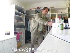 NannySpy Big tits Nanny Amia Miley gefangen auf versteckte Nocken