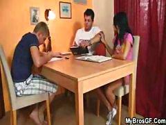 Cara encontra sua namorada traindo com o irmão e porra