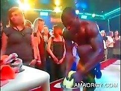 Orgie babe krijgt haar kut vinger geneukt door stripper