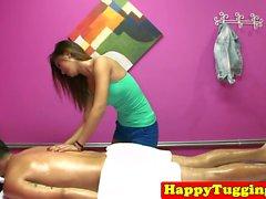 Babe massaggio asiatico masturba sul cazzo cliente
