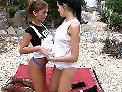 Tyttöjen imee pillut hotellin puutarhassa