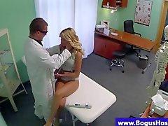 Blondes Patienten durch ein die Ärzte Pol durchgefickt