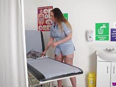 Изогнутая медсестра с большими гудками дает приятный мастурбатор POV