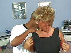 Gepierctem Nippel Tattoo Oma auf Strümpfen Fucks