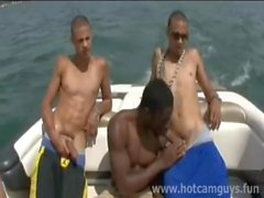 Черный парень получает выебанная на лодке