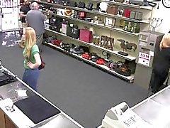 Butiksinnehavaren får smak av en dam i Greenerna Pussy