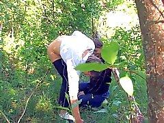 Подростковый Beata обеспечивает suckjob в лесу