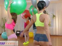 Fitness-Räume Fitness-Milf und Studenten haben nasse lesbische interracial threesome