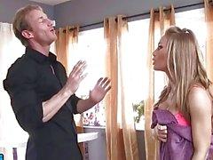 rubia Nicole Aniston folla el hermano de su amiga - Naughty America