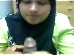 Hijabi zuigen en drinken cum