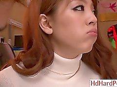 Natürliche busty japanische Mädchen verführt schüchtern Kerl