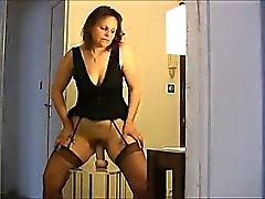 Sexy buschigen Mutter wird gefangen fucking ein Gadget
