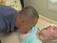 Блондинка транссексуал принимает петух в ее жопу