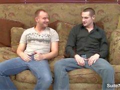 Страстные геев получения прибивают на диван