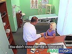 FakeHospital Sexy azgın sarışın milf doktorlar cum içeride istiyor