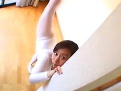 Sensuelle ballerine orientale montrant les courbes sucrées de
