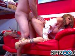 Spizoo - Julia Ann follando con una gran polla dura, gran botín y grandes tetas
