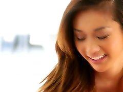 Lez adolescente asiática joven roza Tag coño