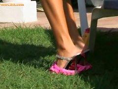 Foot fetish dans le jardin