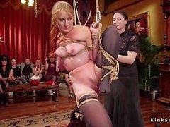 Orgie der weiblichen Sklaven gefickt auf Party