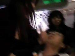 Verführerische japanische Mädchen saugen und streicheln einen harten Schwanz o