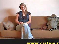 Blondine ist an der Casting-Couch und tut ihr Bestes , um zu beeindrucken