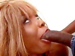 Ebony slet krijgt een anale uitrekken
